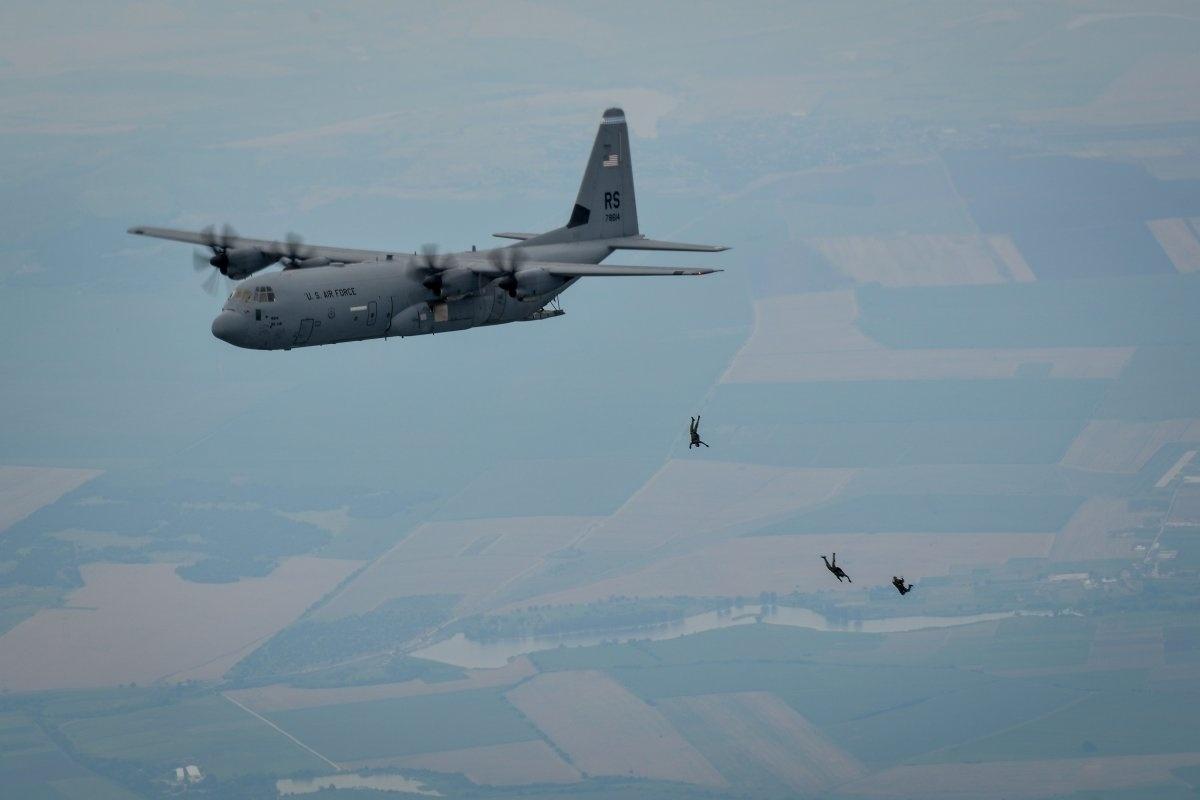 13.jan.2016 - Paraquedistas dos Estados Unidos e da Bulgária saltam de um Lockheed Martin C-130J Super Hercules durante testes em Plovdiv, na Bulgária. O flagra do salto foi feito no dia 14 de julho de 2015 e entrou para o ranking do site Business Insider das melhores fotos tiradas de integrantes da Força Aérea americana em 2015