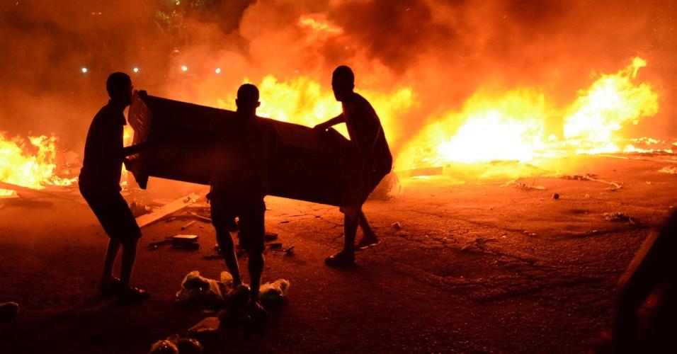 31.jan.2016 - Em protesto contra a falta de energia após as chuvas que atingiram a capital pernambucana, moradores da comunidade Miguel Arraes colocaram fogo em colchões e sofás e interditaram a Avenida Cidade do Monteiro, no bairro do Cejueiro, em Recife, na noite do último sábado (30)