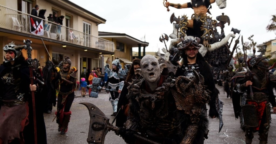VIAREGGIO, ITÁLIA - Desfile de carnaval em rua de Viareggio, na região italiana da Toscana