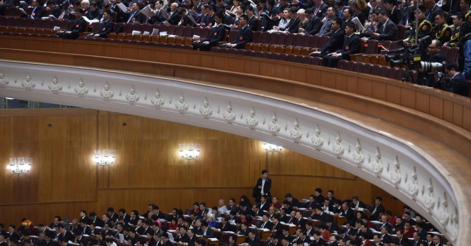 5.mar.2016 - Delegados e jornalistas assistem à sessão de abertura do Congresso Nacional no Grande Salão do Povo, em Pequim. O Parlamento chinês, controlado pelo partido Comunista, abriu hoje para sua sessão anual com a programação de aprovar um novo plano quinquenal que combata a desaceleração do crescimento da segunda maior economia do mundo