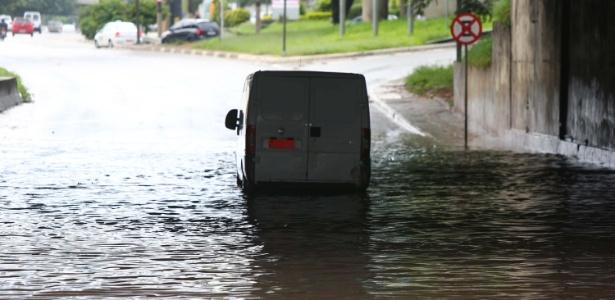 Carro fica preso em área alagada na marginal do Tietê, embaixo da ponte da Casa Verde