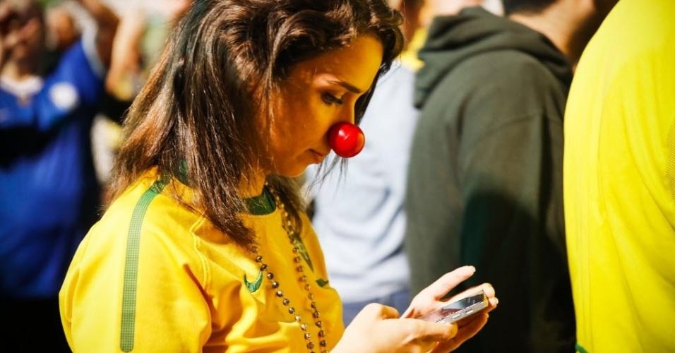 16.mar.2016 - Manifestante usa nariz de palhaço durante protesto na avenida Paulista, em São Paulo, contra a nomeação do ex-presidente Luiz Inácio Lula da Silva como ministro da Casa Civil e a favor da renúncia da presidente Dilma Rousseff