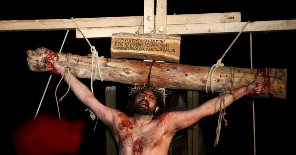 22.mar.2016 - Ator protagonista da Paixão de Cristo participa da encenação da prisão e crucificação de Jesus Cristo, em celebração a Semana Santa em Valeta, capital de Malta
