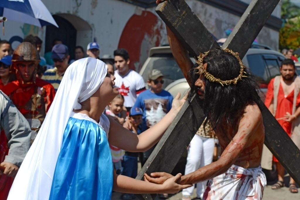 25.mar.2016 - Devotos católicos fazem uma reconstituição dos caminhos de Jesus em Tegucigalpa, Honduras. Fiéis de todo o mundo celebram a Semana Santa da Páscoa, momento da crucificação e ressurreição de Cristo