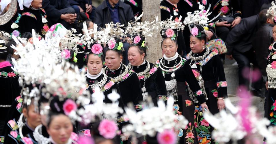 29.mar.2016 - Mulheres da etnia Miao participam do festival Guzang na cidade de Leishan County, no sudoeste da China. O festival é o mais importante para o povo Miao, e acontece a cada 13 anos em homenageia o sacrifício de seus ancestrais