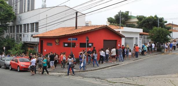 Paulistanos enfrentam fila para tomar vacina contra H1N1 em clínica no bairro do Morumbi, na zona oeste de São Paulo
