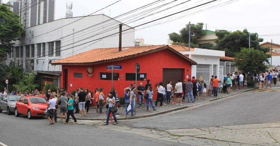 2.abr.2016 - Pessoas enfrentam fila para tomar vacina contra H1N1 em clínica no bairro do Morumbi, na zona oeste de São Paulo. As clínicas voltaram a registrar longas filas em busca da vacina contra a gripe, que já matou mais de 50 pessoas só no Estado paulista
