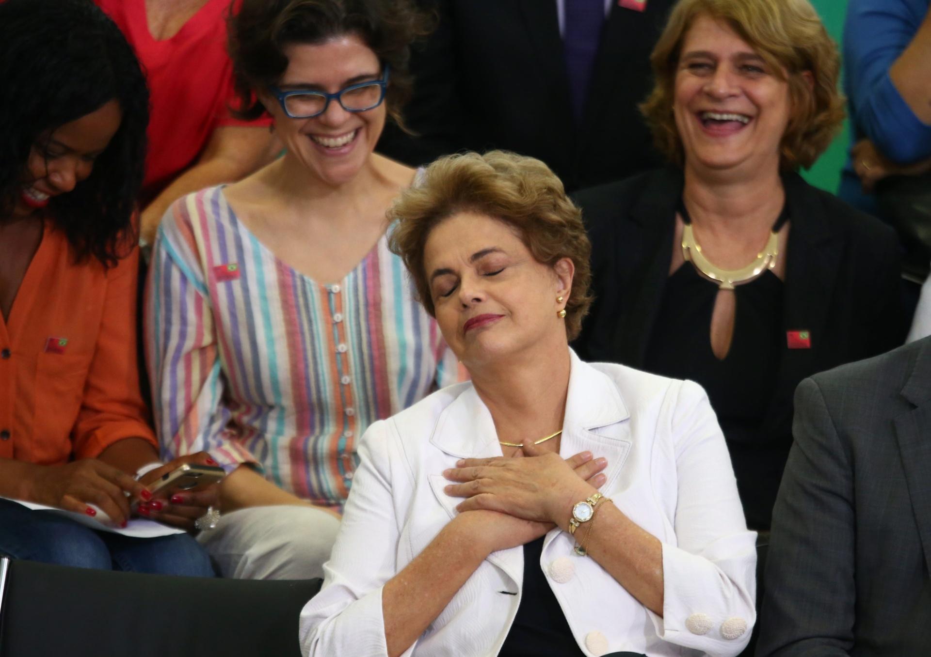 12.abr.2016 - A presidente Dilma Rousseff recebe educadores, alunos e militantes no Encontro da Educação pela Democracia, um ato contra o impeachment, realizado no Palácio do Planalto, em Brasília