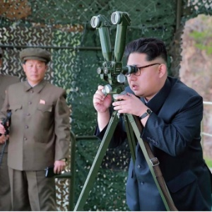 O líder da Coreia do Norte, Kim Jong-un, acompanha lançamento de míssil