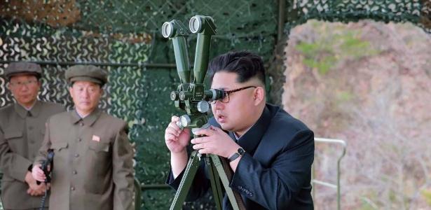 24.abr.2016 - O líder da Coreia do Norte, Kim Jong-un acompanha o teste de um míssil submarino