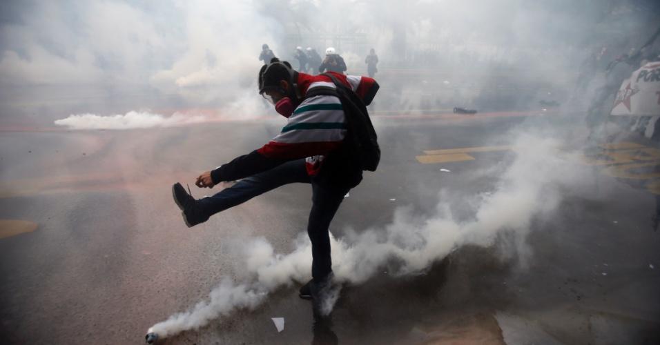1º.mai.2016 - Manifestantes e policiais entram em confronto durante os protestos pelo Dia do Trabalhador em Santiago, capital do Chile