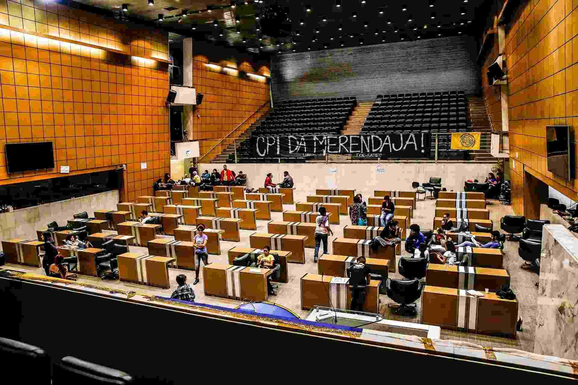 4.mai.2016 - Estudantes secundaristas permanecem acampados no plenário da Alesp (Assembleia Legislativa de São Paulo) como protesto pela criação da CPI da Merenda e contra o fechamento de salas de aula da rede estadual - Lucas Lima/UOL