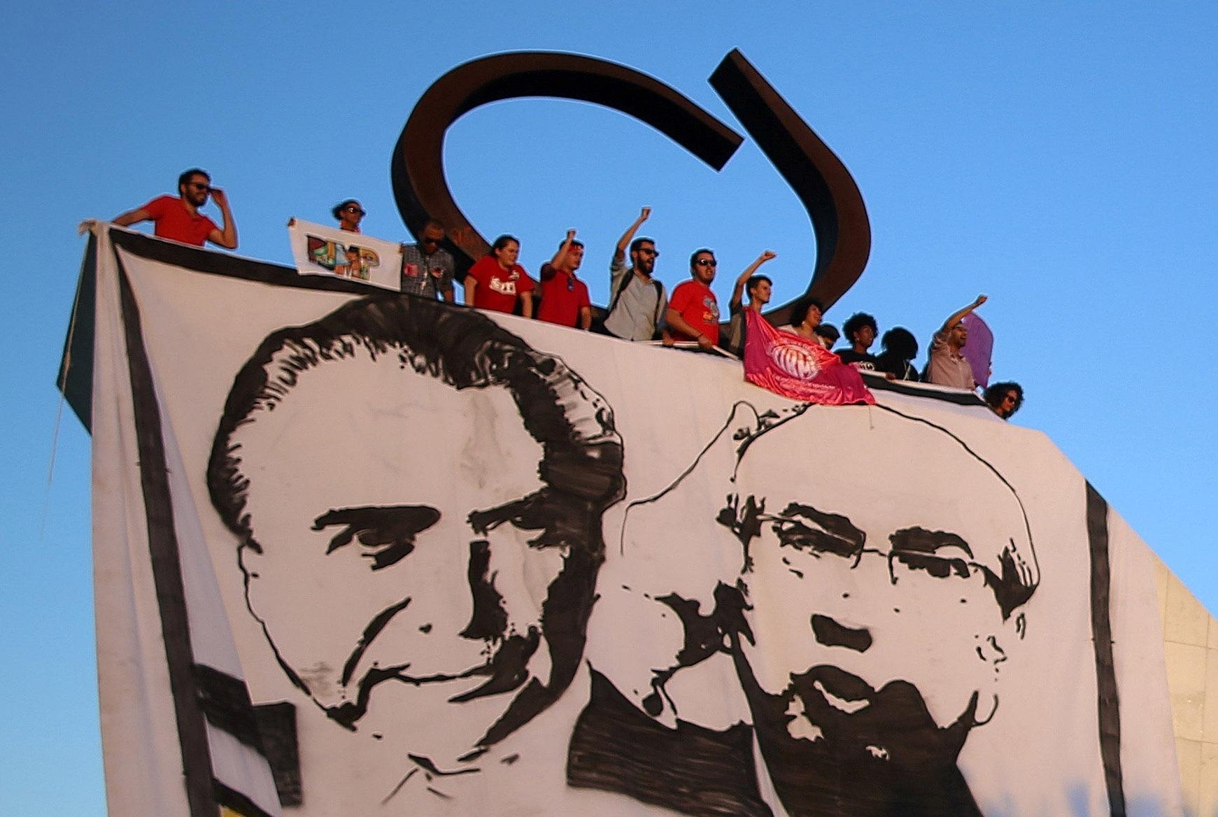 5.mai.2016 - Manifestantes comemoram decisão unânime dos ministros do STF (Supremo Tribunal Federal) de afastar o deputado federal Eduardo Cunha (PMDB-RJ) do seu mandato e da Presidência da Câmara dos Deputados, em frente à sede do STF, em Brasília