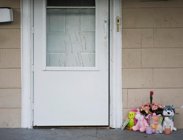 Bichos de pelúcia e flores em memória a Sha'Quille Kornegay são colocados na varanda da casa onde ela se matou, em Kansas City