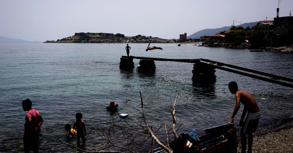 19.jun.2016 - Jovens refugiados nadam nas proximidades do acampamento Kare Tepe, localizado na ilha de Lesbos, na Grécia. No sábado (18), em visita a Lesbos, o secretário-geral da ONU, Ban Ki-moon, pediu à Europa para responder à emergência de forma ?humana? e baseada nos direitos humanos