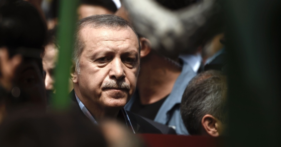 """17.jul.2016 - O presidente turco, Tayyip Erdogan, durante funeral neste domingo (17) de vítima da tentativa de golpe em Istambul. Erdogan prometeu continuar a limpar o """"vírus"""" responsável pela tentativa de golpe de todas as instituições do Estado - uma referência ao seu adversário de longa data, o clérigo baseado nos Estados Unidos Fethullah Gulen"""