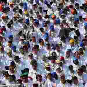31.jul.2016 - Fiéis esperam a chegada do papa Francisco para a missa de encerramento da Jornada Mundial da Juventude católica, realizada na Polônia - Filippo Monteforte/ AFP