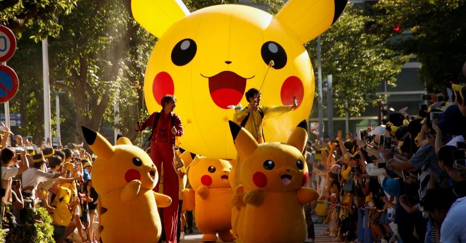 7.ago.2016 - Cerca de 50 pessoas fantasiadas como Pikachu, personagem mais conhecido do jogo Pokémon, participaram de desfile em Yokohama, no Japão