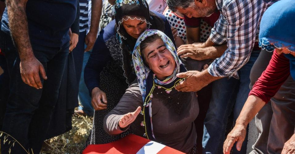 11.ago.2016 - Uma parente chora durante os funerais de Behiye Yildirim e Derya Yildirim, em Diyarbakir, na Turquia. Os dois foram vítimas de um ataque com carro-bomba ocorrido na última quarta (10) que matou cinco pessoas, todas civis, e feriu outras 12