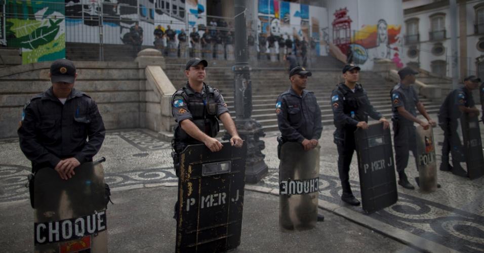 16.nov.2016 - Policiais militares reforçam a segurança em frente ao prédio da Alerj (Assembleia Legislativa do Rio) durante protesto de servidores públicos contra propostas de austeridade do governador Luiz Fernando Pezão (PMDB)