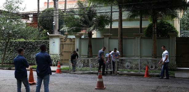 Agentes montam esquema de segurança reforçado em frente à casa de Temer, no bairro de Alto de Pinheiros, na zona oeste de São Paulo