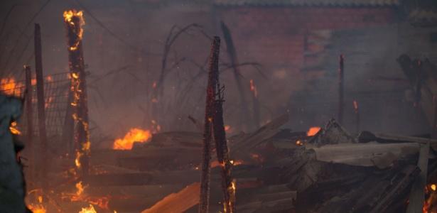 Incêndio de grandes proporções atinge casas em comunidade no bairro de Cangaíba, zona leste de São Paulo