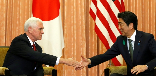 18.abr.2017 - O vice-presidente dos EUA, Mike Pence, em aperto de mão com o primeiro-ministro japonês, Shinzo Abe, na residência oficial do premiê, em Tóquio