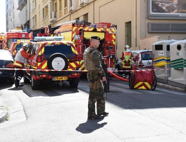 18.abr.2017 - Polícia francesa monitora área após prisão de suspeito de terrorismo