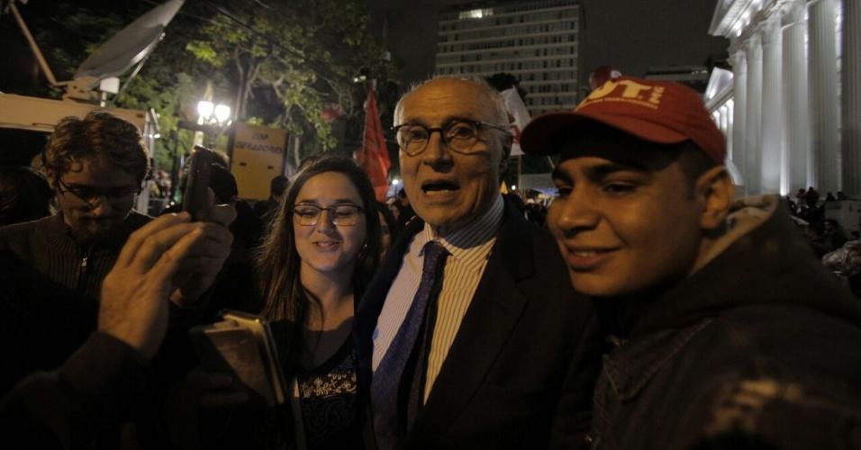 10.mai.2017 - Eduardo Suplicy, vereador da cidade de São Paulo, participando do ato de apoio das centrais sindicais ao ex-presidente Lula na praça Santos Andrade, em Curitiba