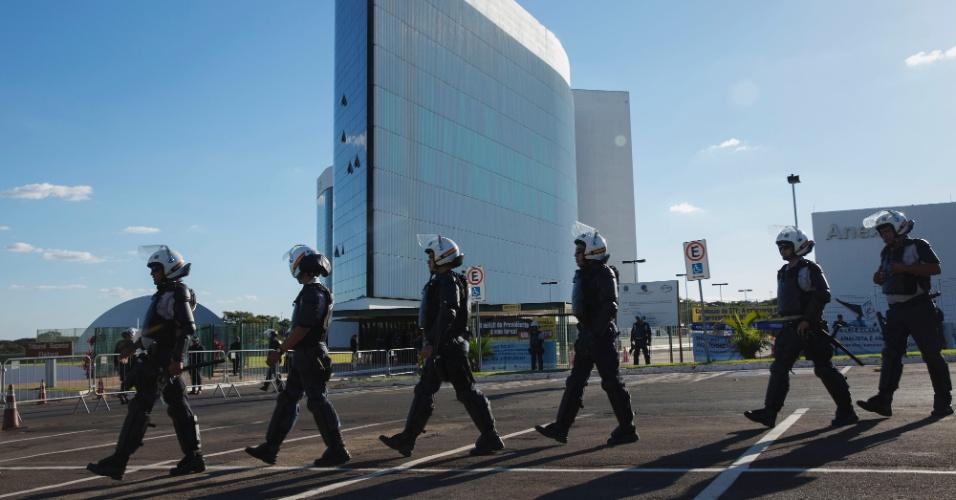 Policiais militares fazem a segurança do prédio do TSE (Tribunal Superior Eleitoral) em Brasília antes do início do julgamento. Mais de 4.000 PMs foram designados para reforçar a segurança do tribunal