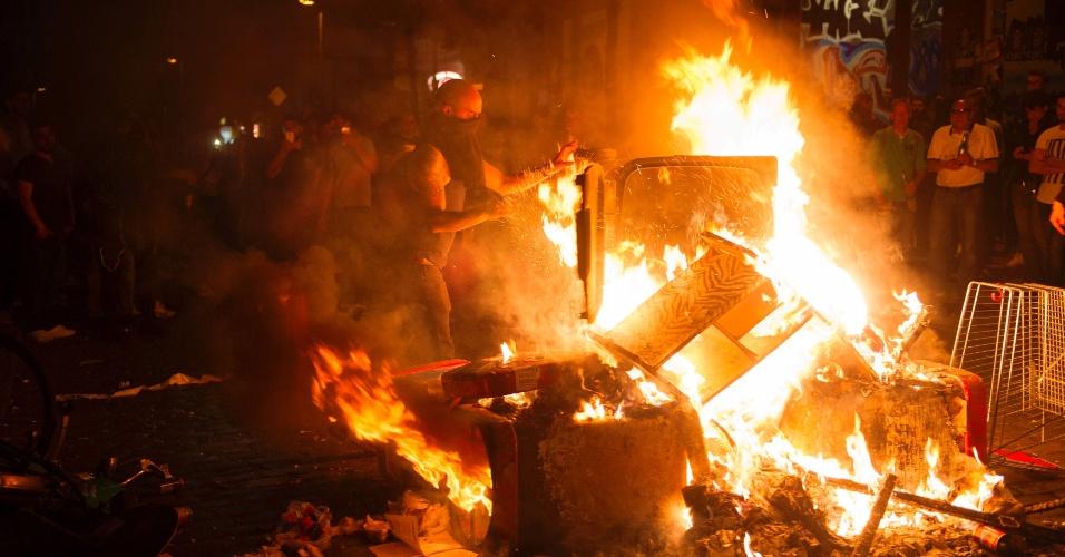 """6.jul.2017 - Manifestantes montam barricada durante protesto intitulado """"Bem-vindos ao Inferno"""", contra a cúpula do G20 em Hamburgo, na Alemanha"""