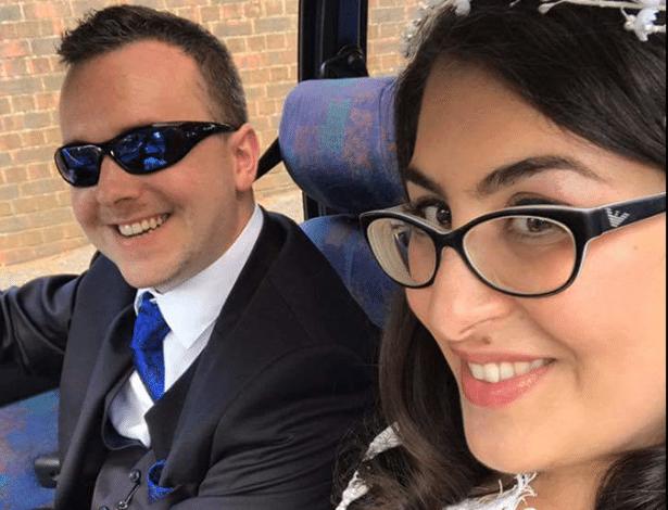 Phil Gibson e Llia Apostolou após oficializar o casamento