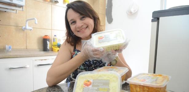 Adriana Lima dribla desemprego com delivery de massas