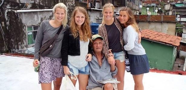 Turistas posam para foto com morador da Rocinha em um dos passeios pela comunidade. Atividade foi suspensa por conta da violência na favela da zona sul do Rio - Reprodução/Facebook/Rocinha by Rocinha
