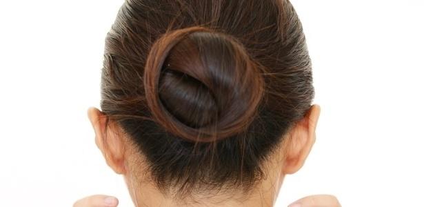 A garota tinha cabelo castanho e a escola exigiu que ela pintasse o cabelo de preto