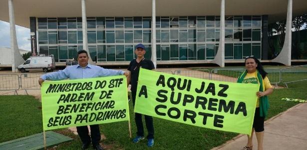 Protesto em frente ao STF no dia em que a Corte pode retomar julgamento sobre foro privilegiado