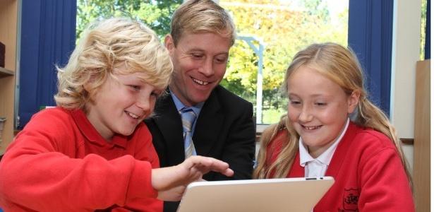 'É maravilhoso ter crianças de até dez anos de idade dando aulas de tecnologia aos nossos professores, e os resultados têm sido surpreendentes', diz o diretor de escola