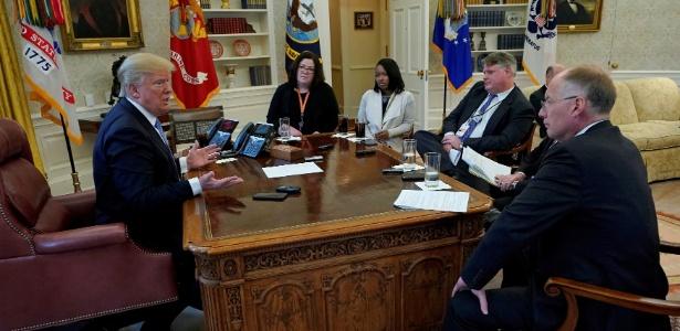 Presidente dos EUA, Donald Trump, concede entrevista à repórteres da Reuters, na Casa Branca