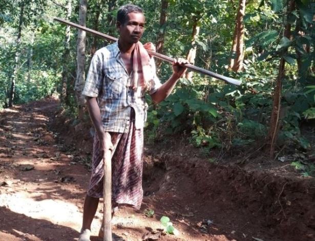 Jalandhar Nayak, 45, usou uma enxada e uma picareta para construir sozinho uma estrada de oito quilômetros, na Índia, para os filhos irem à escola