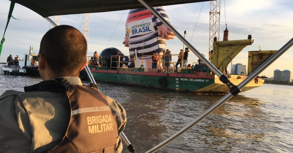 24.jan.2018 - Embarcação localizada no lago Guaíba com boneco inflável foi abordada por uma guarnição da Brigada Militar
