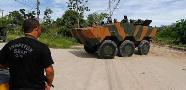 21.fev.2018 - Militares dão apoio a varredura em presídio em Japeri, na baixada - PABLO JACOB/Agência O Globo