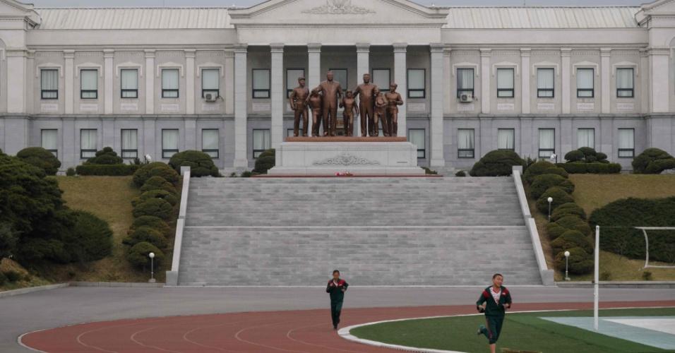 10.abr.2018 - Vista externa da escola revolucionária Mangyongdae, berço da elite norte-coreana