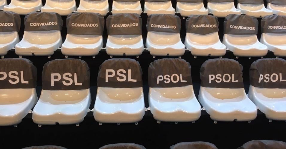 9.ago.2018 - Disposição dos partidos na plateia. Bolsonaro x Boulos lado a lado no palco e na plateia, debate Band