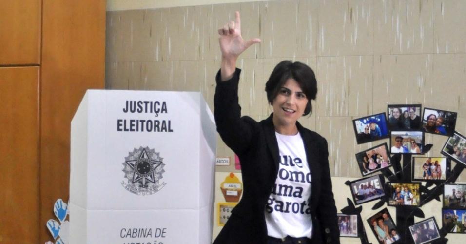 """Manuela D'Ávila, candidata a vice-presidente de Fernando Haddad, vota em Porto Alegre e faz sinal de """"Lula Livre"""" diante da cabine de votação"""