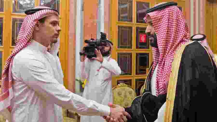23.out.2018 - Príncipe saudita, Mohammed bin Salman (à dir.), encontra membro da família do jornalista assassinado Jamal Khashoggi no palácio real, em Riad - AFP