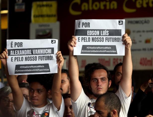 Estudantes da UnB (Universidade de Brasília) se manifestam enquanto assistem palestra sobre a ascensão do fascismo nesta sexta-feira (26) - Ernesto Rodrigues/Estadão Conteúdo