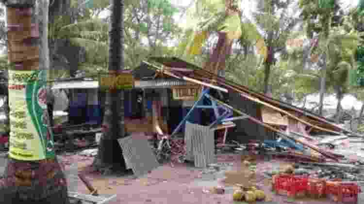 A loja à beira-mar de Rudi foi parcialmente destruída pelo tsunami - Reprodução - Reprodução