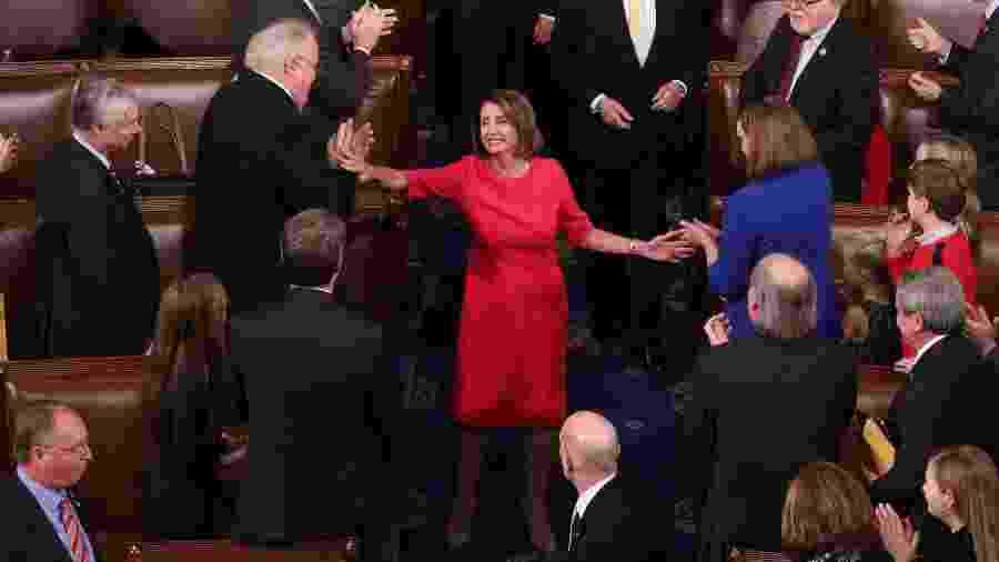 3.jan.2019 - A democrata Nancy Pelosi recebe cumprimentos após ser eleita presidente da Câmara dos Deputados dos Estados Unidos - REUTERS/Jonathan Ernst
