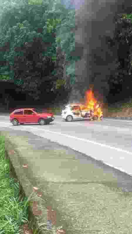 6.fev.2019 - Carro é incendiado após assalto a carro-forte que fechou Rio-Santos - Reprodução/Redes Sociais
