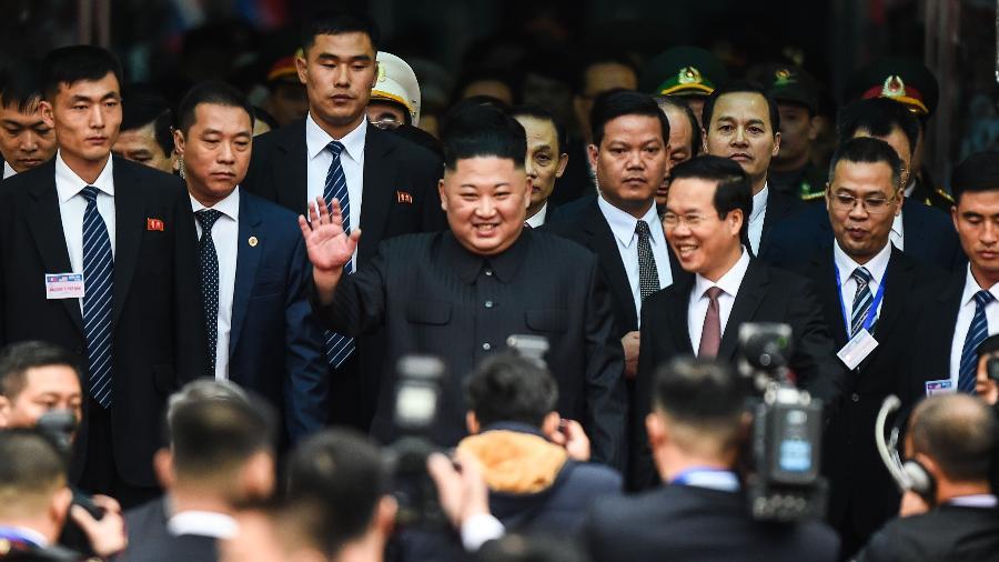 26.fev.2019 - O líder norte coreano Kim Jong-un acena em sua chegada ao Vietnã para o seu segundo encontro com o presidente americano Donald Trump - Por Khanh Vu e Jeff Mason